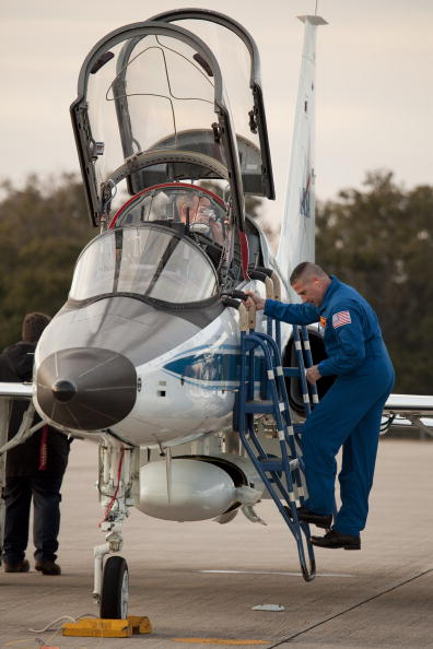 Magic Kingdom「Endeavour Astronauts Arrive At KSC For Pre-Launch Tests」:写真・画像(12)[壁紙.com]