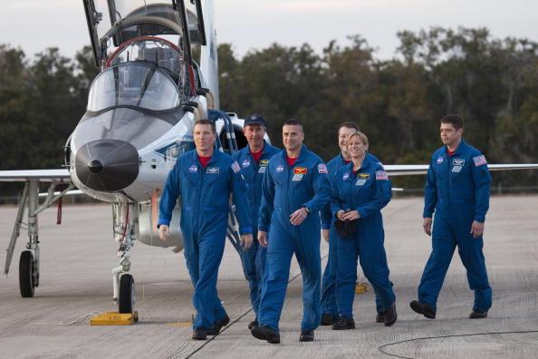 Magic Kingdom「Endeavour Astronauts Arrive At KSC For Pre-Launch Tests」:写真・画像(10)[壁紙.com]