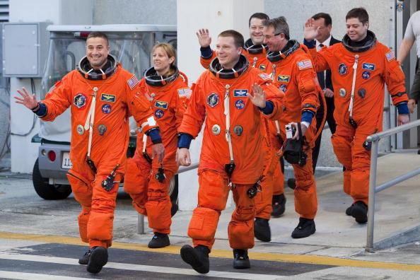 Space Shuttle Endeavor「Endeavour Astronauts Suit Up For Countdown Demonstration Test」:写真・画像(1)[壁紙.com]