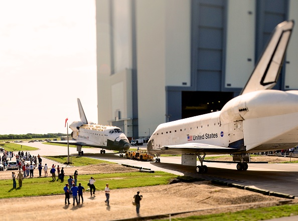 Roberto Gonzalez「NASA Space Shuttles Endeavour And Atlantis Switch Locations At Kennedy Space Center」:写真・画像(1)[壁紙.com]