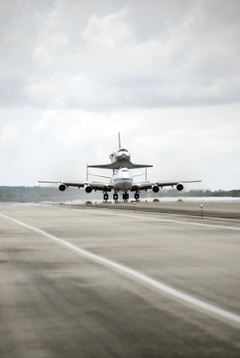 Landing - Touching Down「Space shuttle Discovery sits atop the Boeing 747 Shuttle Carrier Aircraft.」:スマホ壁紙(17)