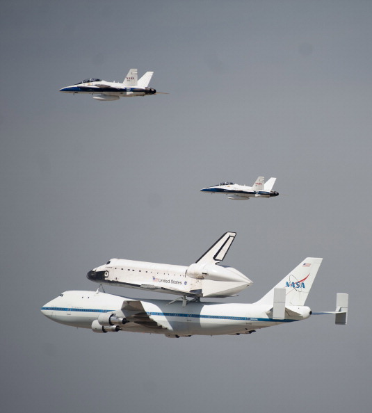 Space Shuttle Endeavor「Space Shuttle Endeavour Arrives In L.A. Atop Transport Plane」:写真・画像(7)[壁紙.com]