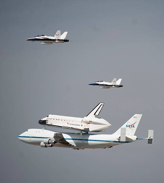 Space Shuttle Endeavour Arrives In L.A. Atop Transport Plane:ニュース(壁紙.com)