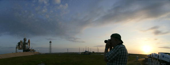 Space Shuttle Endeavor「Space Shuttle Endeavor Is Rolled Out To Launch Pad」:写真・画像(2)[壁紙.com]