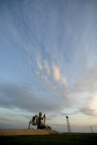 Space Shuttle Endeavor「Space Shuttle Endeavor Is Rolled Out To Launch Pad」:写真・画像(6)[壁紙.com]