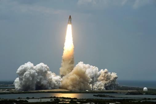 打ち上げロケット「Space Shuttle Atlantis lifts off into the sky.」:スマホ壁紙(18)