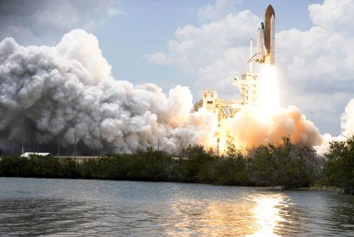 打ち上げロケット「Space Shuttle Atlantis lifts off from its launch pad toward Earth orbit.」:スマホ壁紙(9)