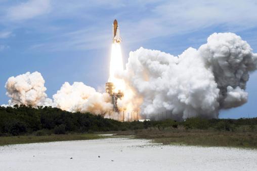 打ち上げロケット「Space Shuttle Atlantis lifts off from its launch pad toward Earth orbit.」:スマホ壁紙(13)