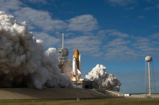 打ち上げロケット「Space Shuttle Atlantis lifts off from its launch pad at Kennedy Space Center, Florida.」:スマホ壁紙(12)
