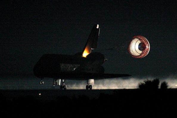 Space Shuttle Endeavor「Space Shuttle Endeavour Returns to Earth」:写真・画像(1)[壁紙.com]