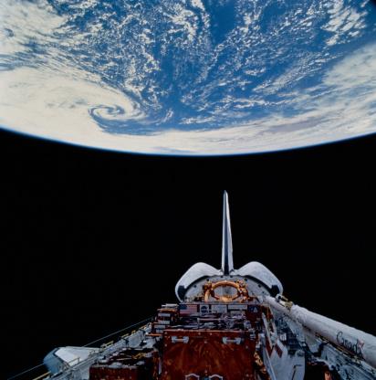 天の川「Space shuttle above earth」:スマホ壁紙(19)