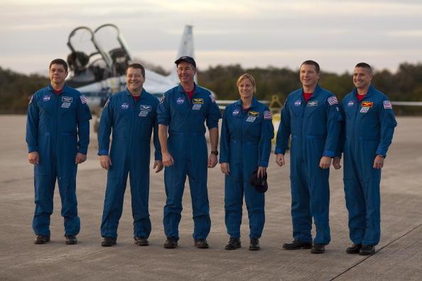Magic Kingdom「Endeavour Astronauts Arrive At KSC For Pre-Launch Tests」:写真・画像(5)[壁紙.com]