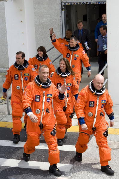 Space Shuttle Endeavor「NASA Prepares For Endeavour Lift-Off」:写真・画像(13)[壁紙.com]