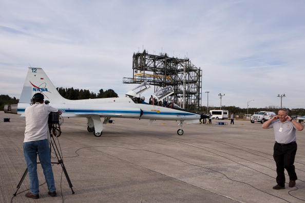 Magic Kingdom「Endeavour Astronauts Arrive At KSC For Pre-Launch Tests」:写真・画像(6)[壁紙.com]