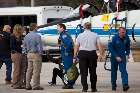 Magic Kingdom「Endeavour Astronauts Arrive At KSC For Pre-Launch Tests」:写真・画像(7)[壁紙.com]