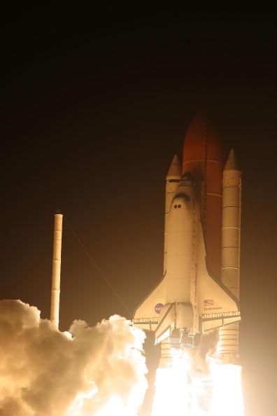 Space Shuttle Endeavor「Space Shuttle Endeavour Lifts Off For Space Station Mission」:写真・画像(2)[壁紙.com]