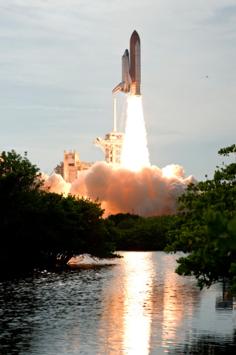 Space Shuttle Endeavor「Space Shuttle Endeavour lifts off from its launch pad at Kennedy Space Center, Florida.」:スマホ壁紙(13)