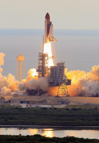 Space Shuttle Endeavor「Space Shuttle Endeavour Launches Under Command Of Astronaut Mark Kelly」:写真・画像(15)[壁紙.com]