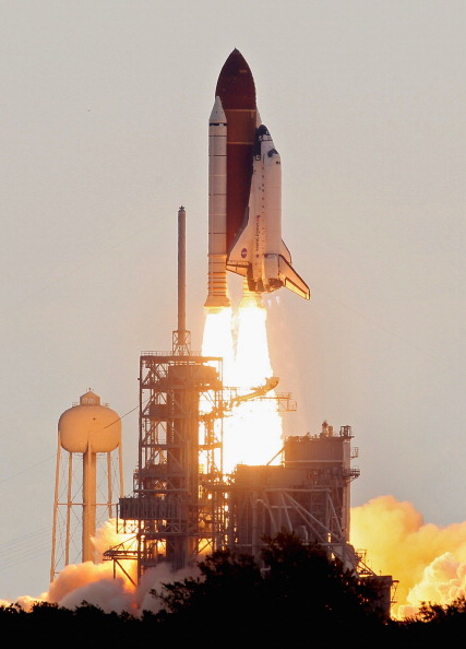 Space Shuttle Endeavor「Space Shuttle Endeavour Launches Under Command Of Astronaut Mark Kelly」:写真・画像(6)[壁紙.com]