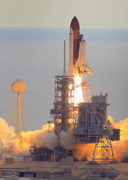 Space Shuttle Endeavor「Space Shuttle Endeavour Launches Under Command Of Astronaut Mark Kelly」:写真・画像(12)[壁紙.com]