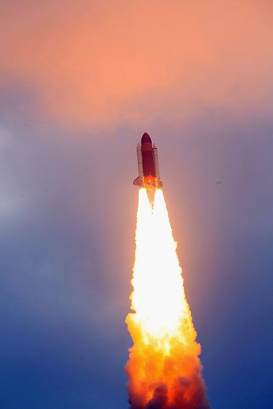 Space Shuttle Endeavor「Space Shuttle Endeavour Launches Under Command Of Astronaut Mark Kelly」:写真・画像(1)[壁紙.com]
