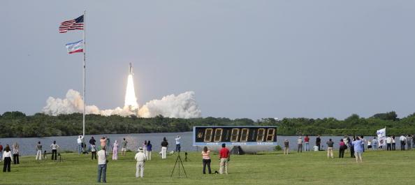 Matt Stroshane「Space Shuttle Endeavour Launches After Weather Delays」:写真・画像(5)[壁紙.com]