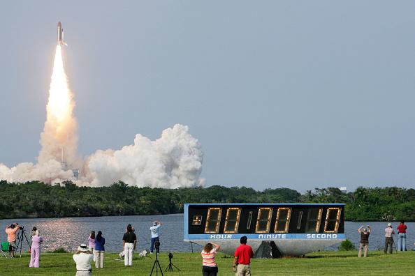 Matt Stroshane「Space Shuttle Endeavour Launches After Weather Delays」:写真・画像(4)[壁紙.com]