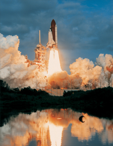 Spacecraft「space shuttle taking off from a launch pad」:スマホ壁紙(18)