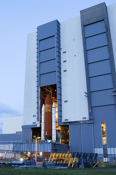 Vehicle Assembly Building「Space Shuttle Discovery Moves Out To Launch Pad」:写真・画像(3)[壁紙.com]