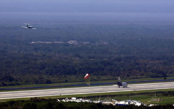 Landing - Touching Down「Space Shuttle Discovery Returns From Mission」:写真・画像(14)[壁紙.com]
