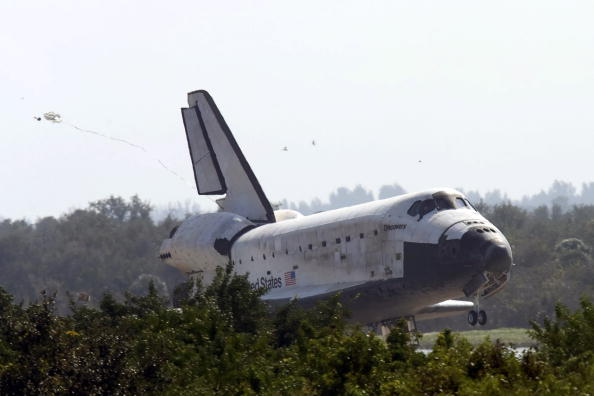 Landing - Touching Down「Space Shuttle Discovery Returns From Mission」:写真・画像(18)[壁紙.com]