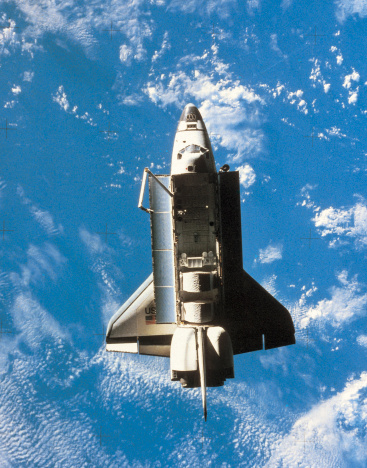 月「Space shuttle orbiting above earth」:スマホ壁紙(15)