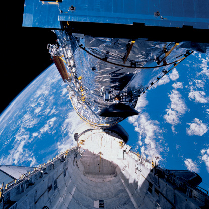 Space Shuttle Endeavor「Space shuttle in orbit over earth with cargo bay open」:スマホ壁紙(11)