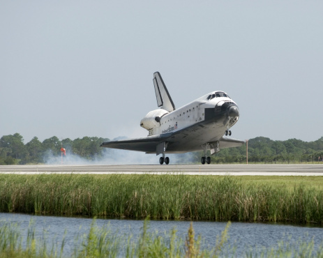 Space Shuttle Endeavor「Space Shuttle Endeavour touches down on the runway at Kennedy Space Center.」:スマホ壁紙(19)