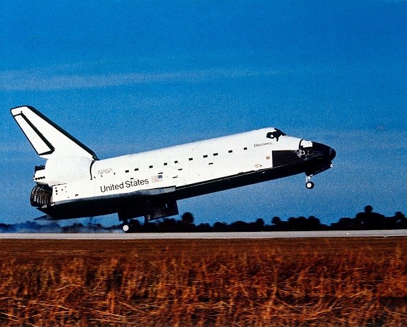 Discovery「Space Shuttle Orbiter Discovery Landing At Kennedy Space Center,」:写真・画像(6)[壁紙.com]