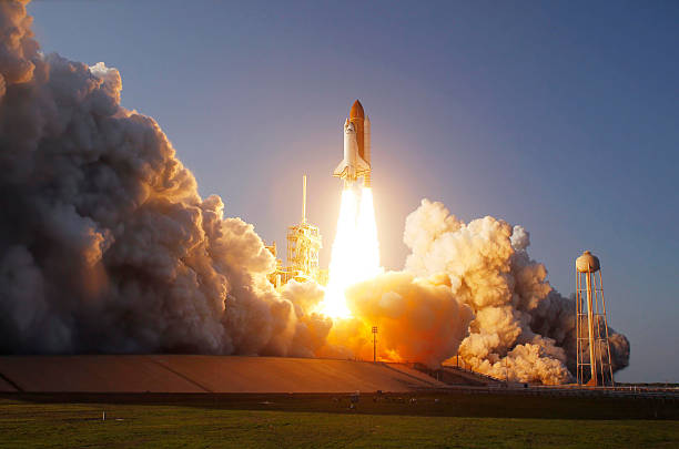 Space Shuttle Discovery lifts off from its launch pad at Kennedy Space Center, Florida.:スマホ壁紙(壁紙.com)