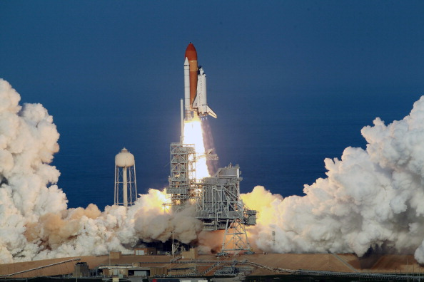 Taking Off - Activity「After Delays Space Shuttle Discovery Launches From Cape Canaveral」:写真・画像(18)[壁紙.com]