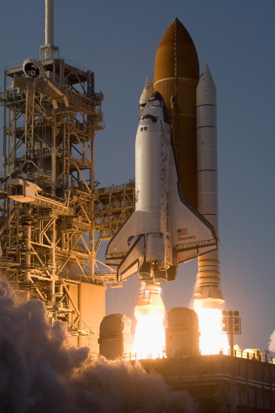 Space Shuttle Discovery「After Delays Space Shuttle Discovery Launches From Cape Canaveral」:写真・画像(0)[壁紙.com]