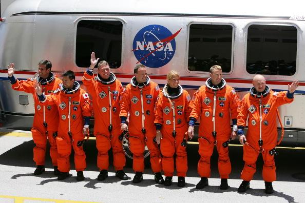 Matt Stroshane「Space Shuttle Discovery Prepares For Launch」:写真・画像(0)[壁紙.com]