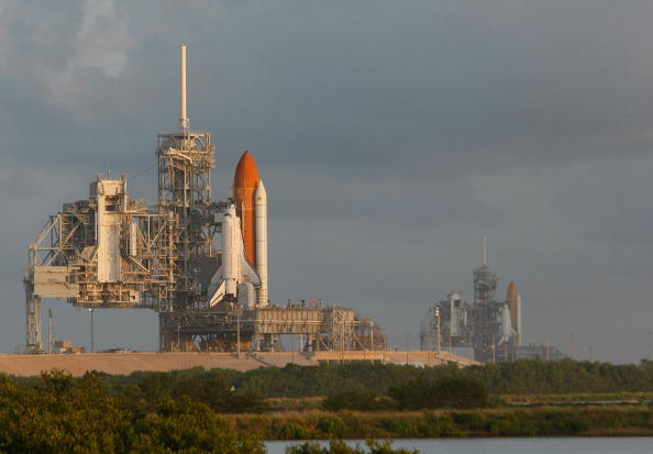 Hubble Space Telescope「Space Shuttle Endeavour Rolls Out To Launch Pad Ahead Of Nov. Mission」:写真・画像(1)[壁紙.com]