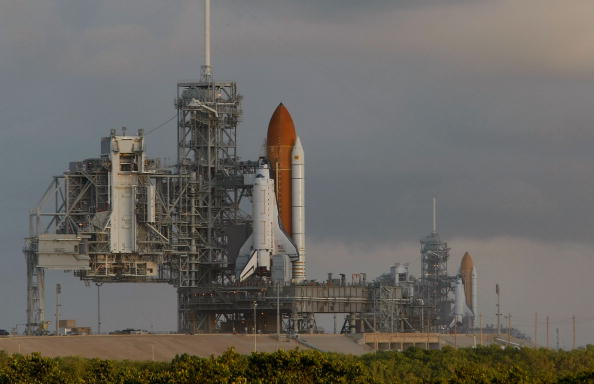 Space Shuttle Endeavor「Space Shuttle Endeavour Rolls Out To Launch Pad Ahead Of Nov. Mission」:写真・画像(19)[壁紙.com]
