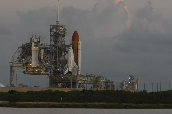Space Shuttle Endeavor「Space Shuttle Endeavour Rolls Out To Launch Pad Ahead Of Nov. Mission」:写真・画像(15)[壁紙.com]