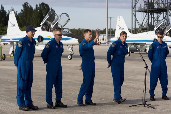 Space Shuttle Endeavor「NASA Makes Final Preparations For Space Shuttle Endeavour Launch」:写真・画像(15)[壁紙.com]