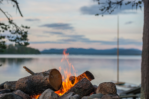 Log「Sweden, Lapland, Norrbotten County, Kvikkjokk, campfire at lake Saggat」:スマホ壁紙(4)