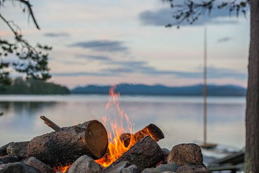 Log「Sweden, Lapland, Norrbotten County, Kvikkjokk, campfire at lake Saggat」:スマホ壁紙(8)