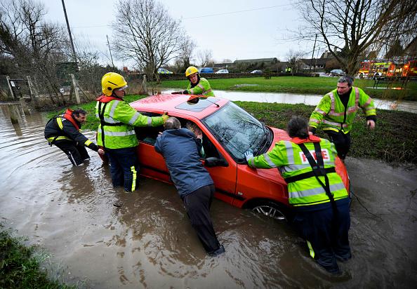 Wet「Firemen pulling stranded car out of flood water, Crudwell, Wiltshire, UK, Jan 2008」:写真・画像(19)[壁紙.com]
