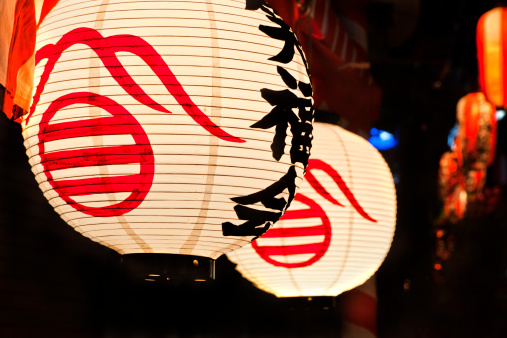 日本の祭り「Paper lanterns at festival」:スマホ壁紙(0)
