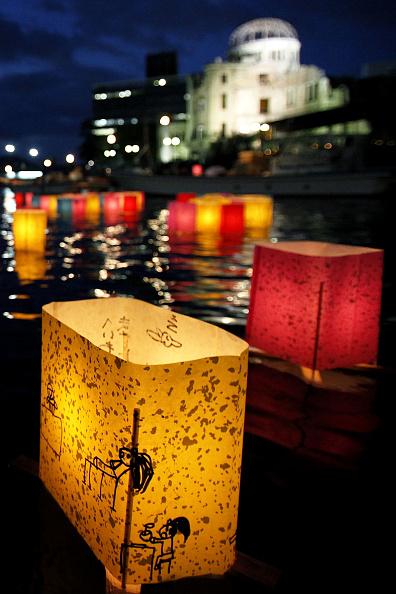 Surrendering「Japan Marks 65th Anniversary Of Hiroshima Atomic Bomb」:写真・画像(5)[壁紙.com]