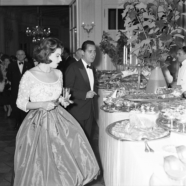 Party - Social Event「Actor Alberto Sordi and actress Silvana Mangano at the dinner party for the movie 'The Tempest', Italy 1958」:写真・画像(7)[壁紙.com]