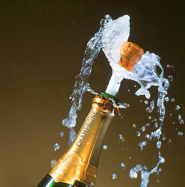 a champagne bottle with its cork shooting out:スマホ壁紙(壁紙.com)